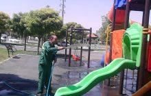 عملیات شستشوی وسایل بازی کودکان در بوستانهای شهر+تصاویر