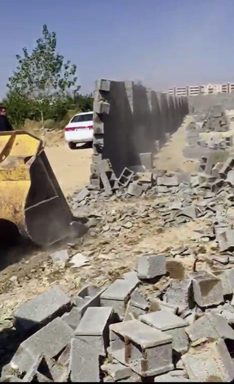 تخریب دیوارکشی غیر مجاز با مساحت 3 هزار متری در شهرک ناز