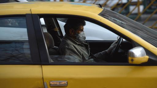 توزیع ماسک و مواد ضد عفونی میان تاکسی داران فردیس/ برخورد با رانندگان تاکسی بدون ماسک